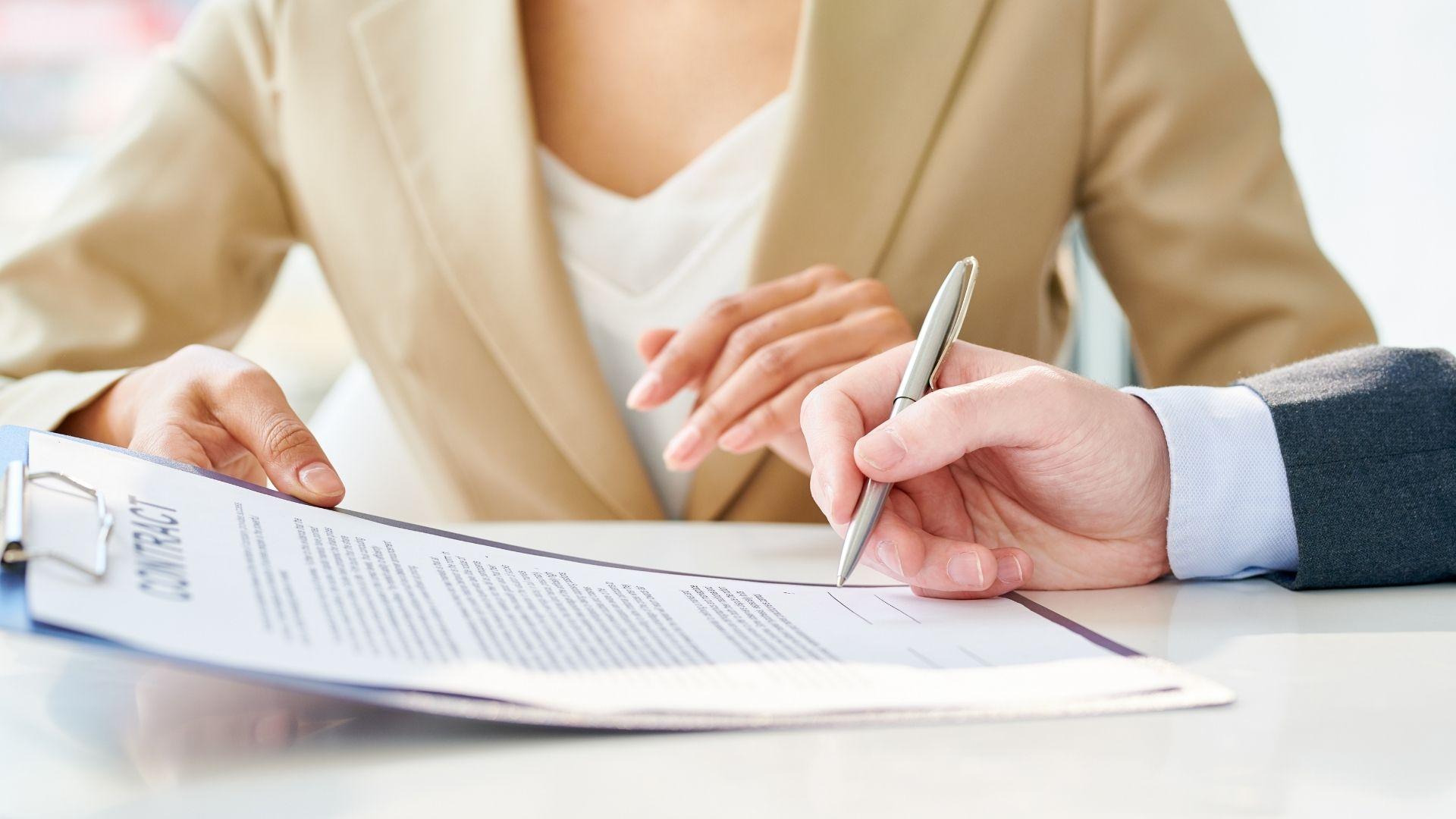 mulher-assinando-contrato