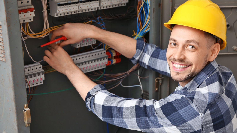 eletricista-fazendo-reparo