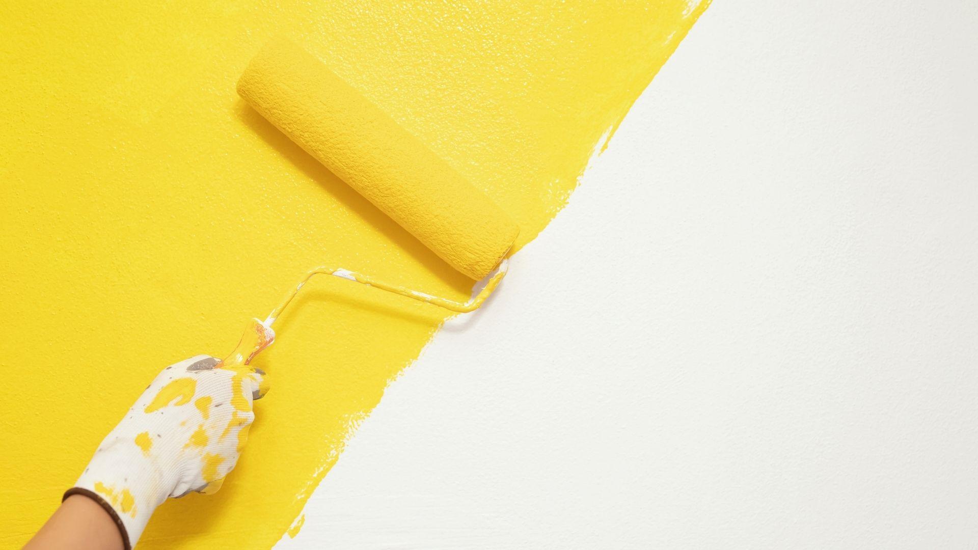 pintor-residencial-trabalhando-tinta-amarela