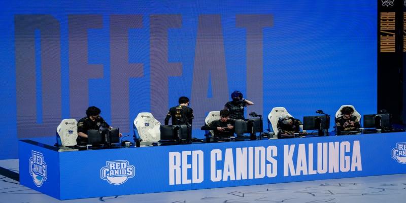 Mundial de LOL 2021: RED Canids perde para PEACE, mas avança no play in